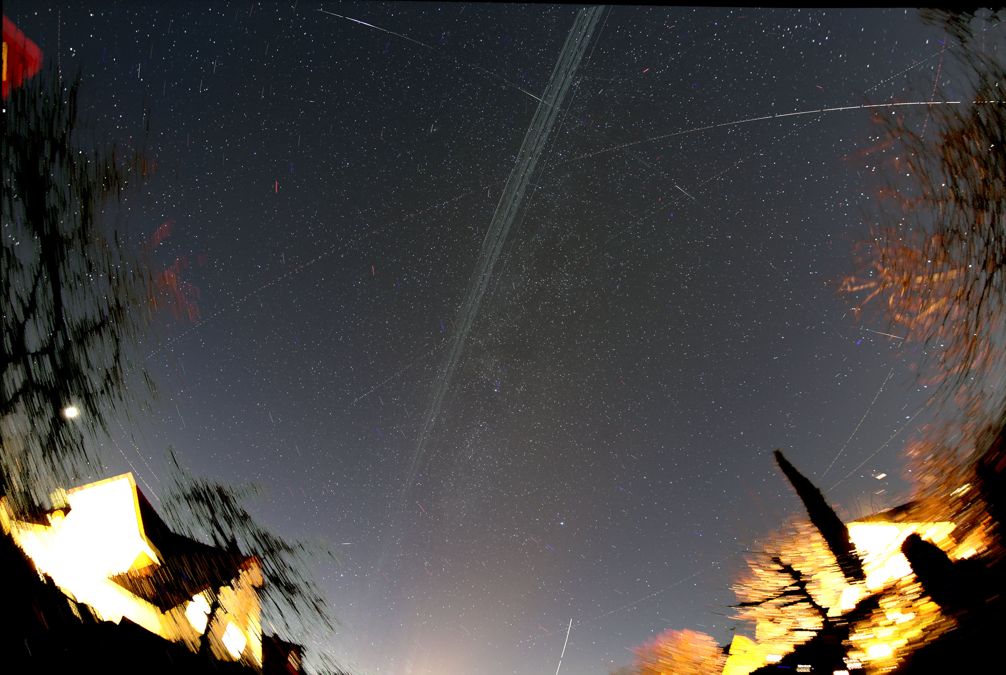 Da die Satelliten Sonnenlicht reflektieren, leuchten sie so hell wie Sterne und verursachen bei länger belichteten Aufnahmen Strichspuren am Sternhimmel. Bild: Andreas Hänel